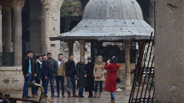 Tarihi Emevi camisinde gençler fotoğraf çekiyor