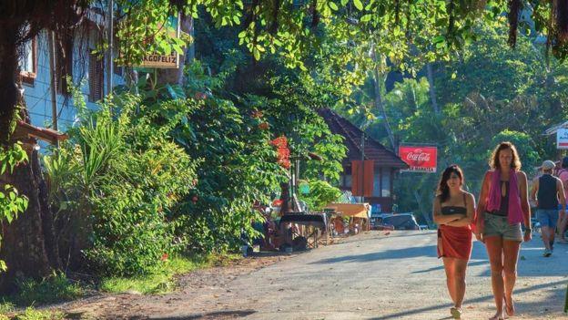 Dos mujeres caminando en una calle de Costa Rica.