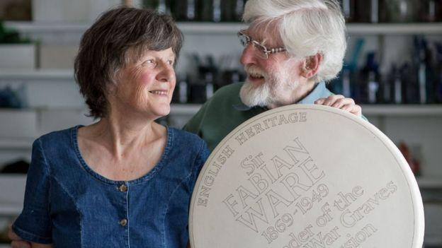 I ceramisti Sue and Frank Ashworth che realizzano materialmente le placche nel loro laboratorio. dal 1984 ne hanno realizzate oltre 300.