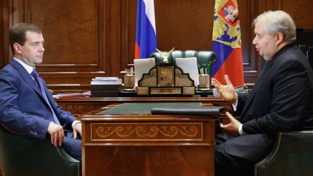 Balozi wa Urusi Marekani Sergei Kislyak (kulia), akiwa na rais wa Urusi wakati huo Dmitry Medvedev karibu na Moscow Januari 2009