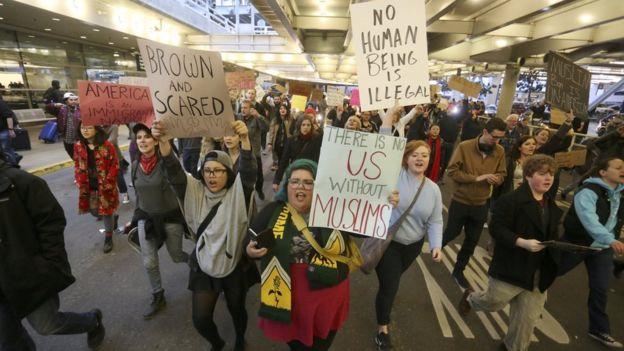 Una protesta en contra de la orden inicial de Trump
