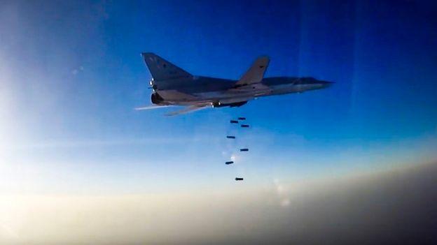 Un Tupolev TU-22M3 ruso lanza bombas sobre Siria.
