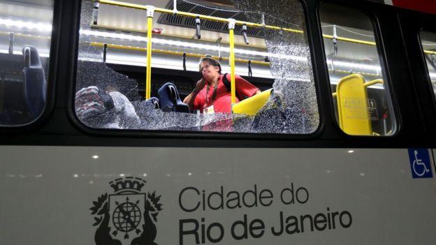 Autobús con vidrios rotos