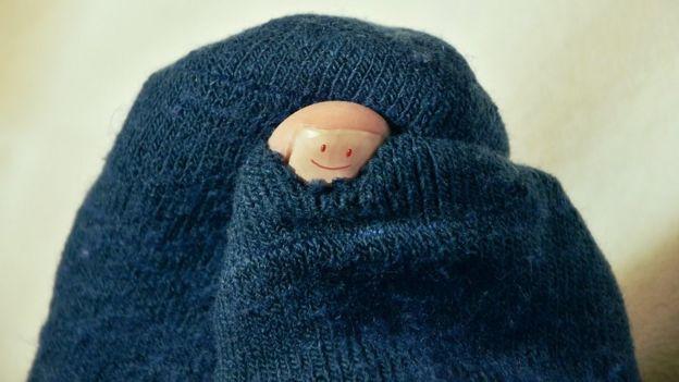 Dedo gordo de pie con carita pintada