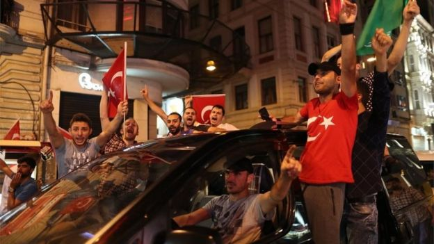 Supporters of Turkish President Recep Tayyip Erdogan shout slogans and hold flags during a demonstration against the failed Army coup attempt at Taksim Sqaure, in Istanbul (16/07/2016)
