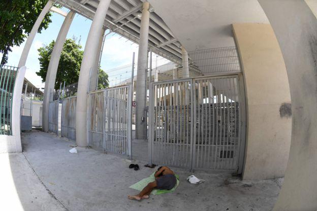 Morador de rua mora do lado de fora do estádio