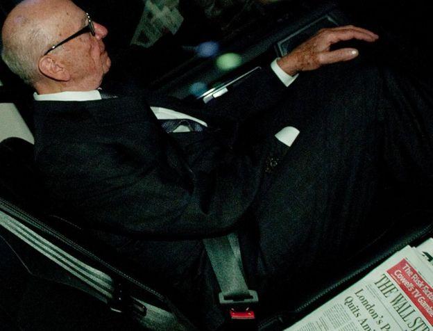 Rupert Murdoch, bir Wall Street Journal'ın yanında basılı kopya