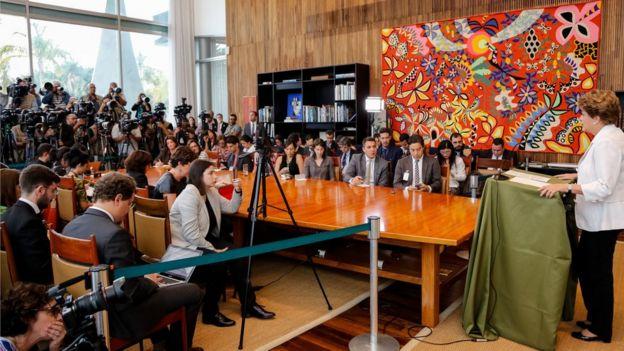 Dilma durante divulgação de mensagem ao Senado no Palácio da Alvorada