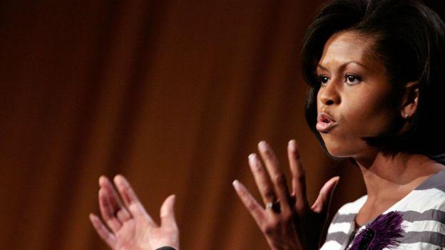 Michelle Obama dando un discurso.