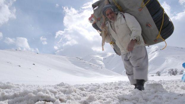 Image result for سفر با کولبران ایران؛ 'خرج خانواده هشت نفری با من است