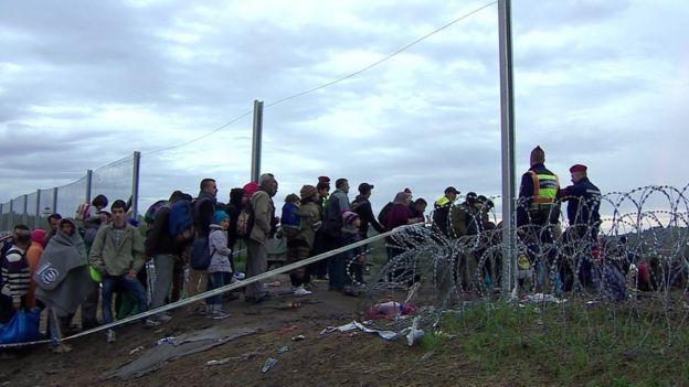 Migrantes entran a Hungría, en octubre de 2016, durante el auge de la crisis migratoria.
