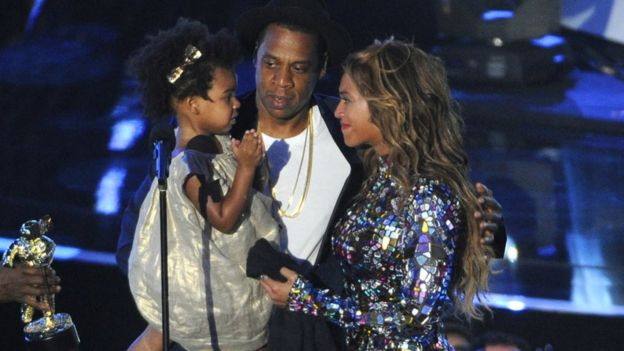 Beyonce en el escenario con su hija y su esposo Jay Z.