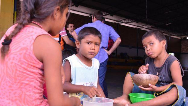 Niños en el centro de inmigrantes