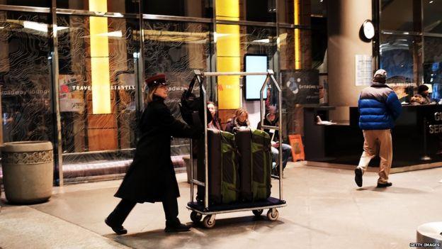 Một nhân viên của một khách sạn Marriott ở Midtown Manhattan chuyển khách túi