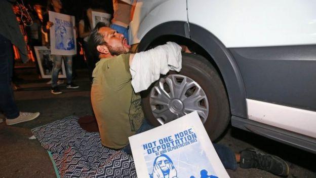 Bir protestocu, 8 Şubat'ta Phoenix'te Göçmenlik ve Gümrük İcra Dairesi dışındaki protestocular tarafından durdurulan Guadalupe Garcia de Rayos'u taşıyan minibüse kilitledi.