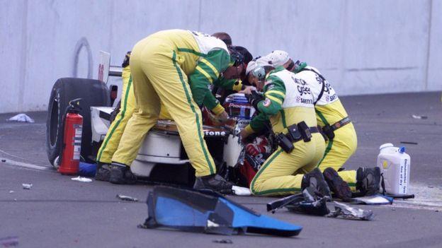 Paramédicos atienden a Zanardi en 2001.