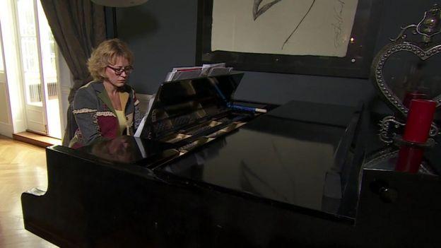 Юлия Романенкова за роялем