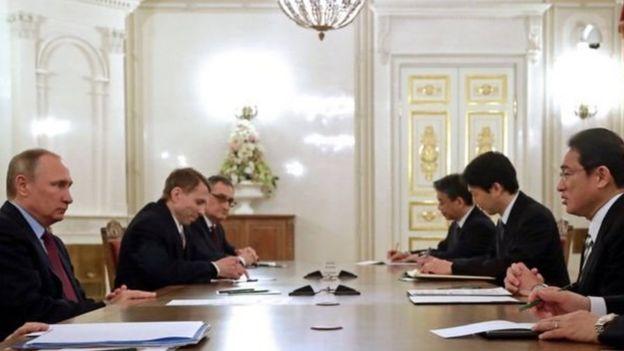 بوتين ورئيس الوزراء اليابني