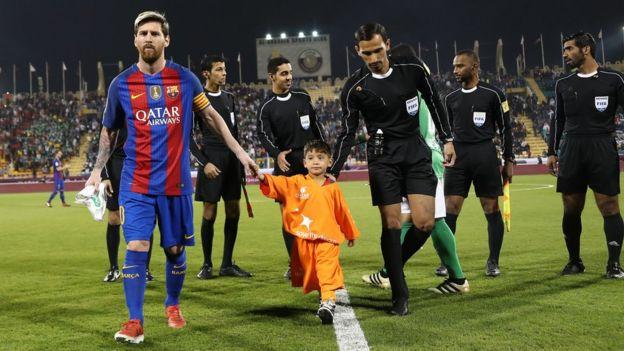 Ahmadi y Messi llegando al partido contra Al Ahli