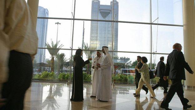 Pessoas andando em Dubai