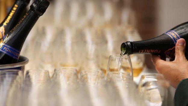 Nhiều nước quy định cả việc quan chức có được dự tiệc sang hay không để chống hối lộ