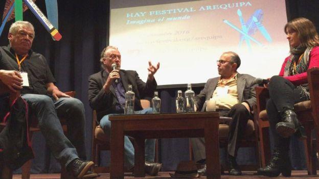 Francisco Goldman, Jon Lee Anderson, Hugo Coya y Carolina Robino, durante el panel