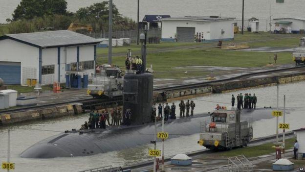Submarino estadounidense cruzando el canal en julio de 2015.