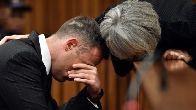 Pistorius siendo consolado en la corte.