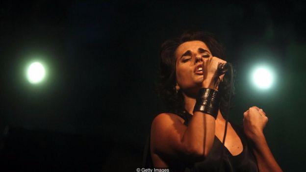Các ca sỹ Bồ Đào Nha như Cristina Branco thường biểu cảm thái độ