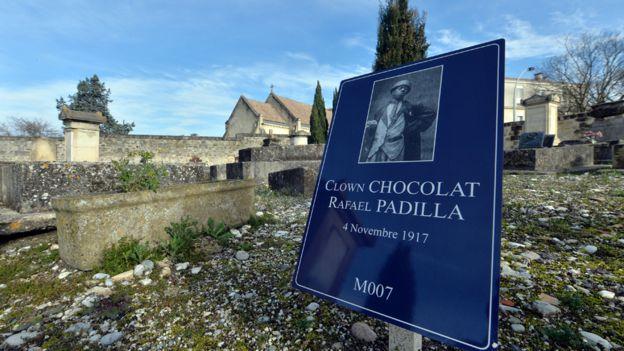 Placa que recuerda a Chocolat en el cementerio de Burdeos