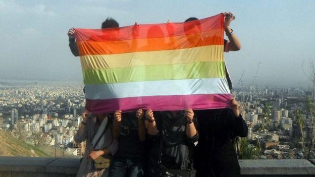 Activistas iraníes con bandera gay
