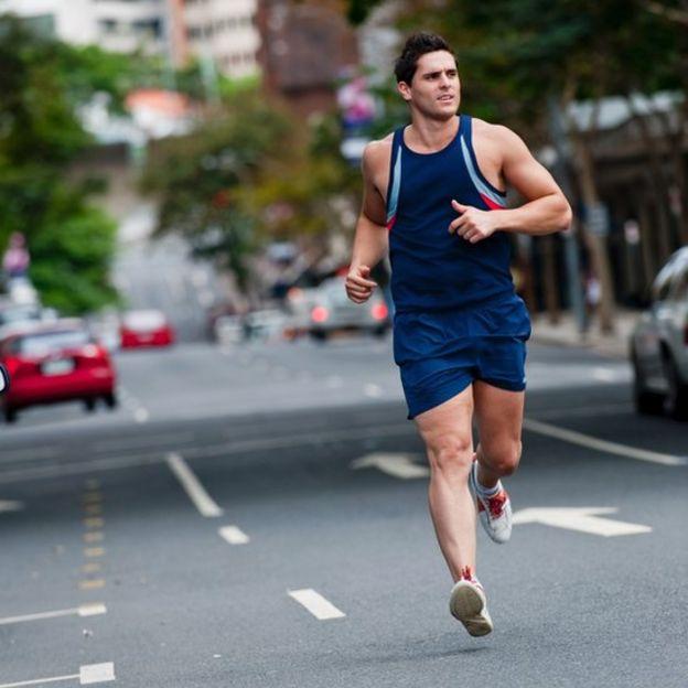 Hombre corriendo por una calle