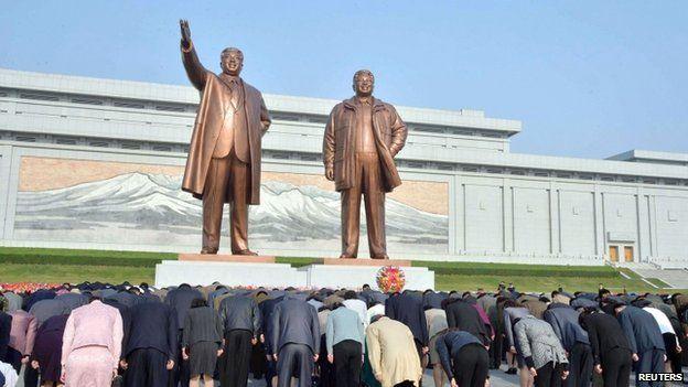 Estátuas de bronze dos líderes norte coreanos Kim Il-sung (à esq.) e Kim Jong-il (à dir.) em 2014