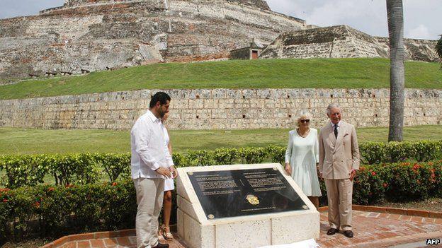 El prínciple Carlos y su esposa Camila (der.), junto al entonces alcalde de Cartagena, Dionisio Vélez.