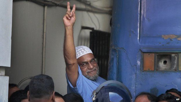 Mir Quashem Ali, a senior leader of the Islamist Jamaat-e-Islami party, enters a police van after a special tribunal sentenced him to death in Dhaka (2 November 2014)