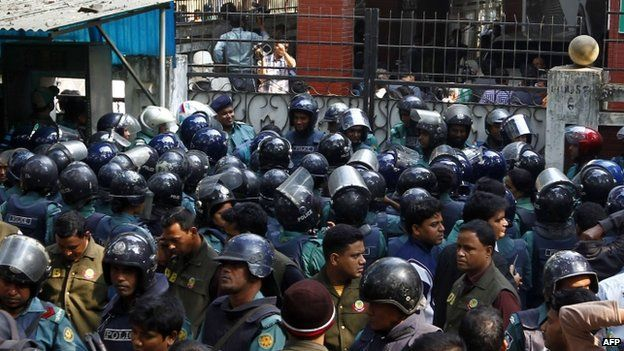 Bangladeshi policemen block the entrance leading to the home of opposition leader Khaleda Zia in Dhaka (05 January 2015)