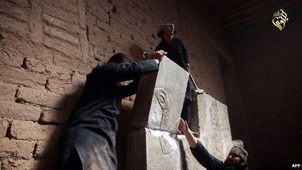 Una imagen de un video de Estado Islámico que muestra, según describió EI, a sus militantes destruyendo el patrimonio de Nimrud.