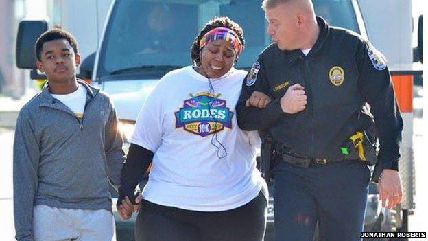Police officer helping a woman during a 10K run