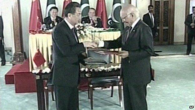 Imagen de TV de la firma del acuerdo con los ministros de relaciones exteriores de China y Pakistán, 2015.