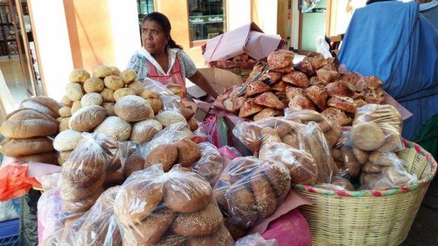 Vendedora de pan en la capital de Oaxaca