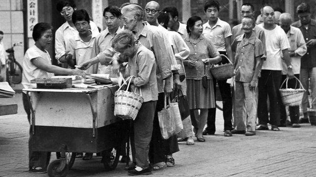 Queuing for newspapers in China in the 1980s
