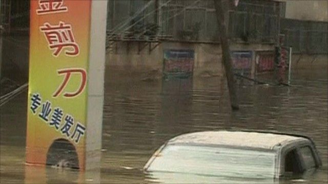 Flooding causes car to submerge in Gansu Province, China