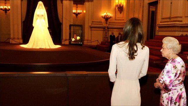 Princess catherine wedding dress exhibition : Queen overheard criticising duchess wedding dress display