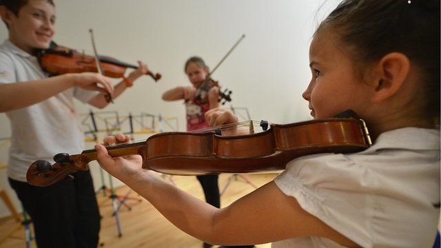 Children practise violin ahead of the Sistema Scotland Big Noise