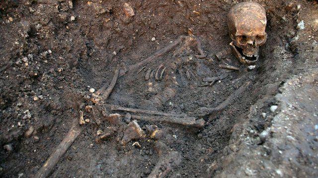 Sgerbwd Richard III wedi'i ddarganfod mewn maes parcio yng Nghaerlŷr