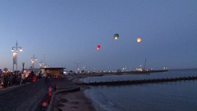 Lanterns released in Lowestoft in memory of Fiona Anderson and her family