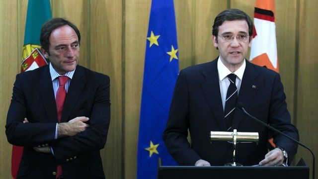 Portugal's Prime Minister Pedro Passos Coelho, right, gives an statement next to leader of Popular Party, CDS, Paulo Portas