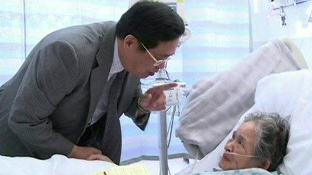 The Chinese Consul-General to Los Angeles, Yuan Nansheng, visiting a victim of the crash