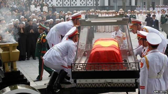 Soldiers place the coffin of the late General Vo Nguyen Giap on the artillery cart during his funeral ceremony