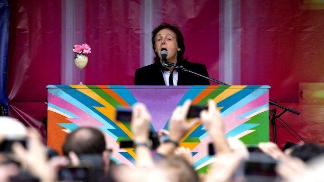 Paul McCartney plays in Covent Garden
